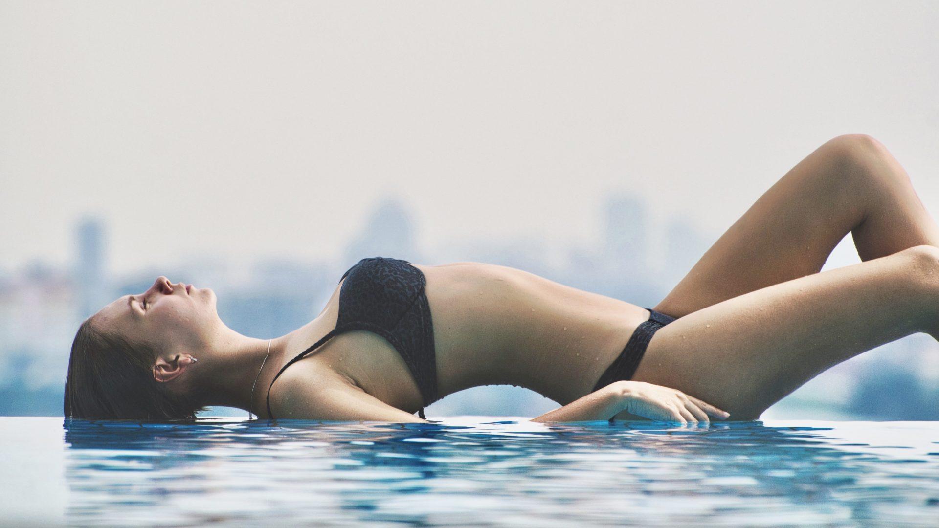 肌がキレイな水着の女性