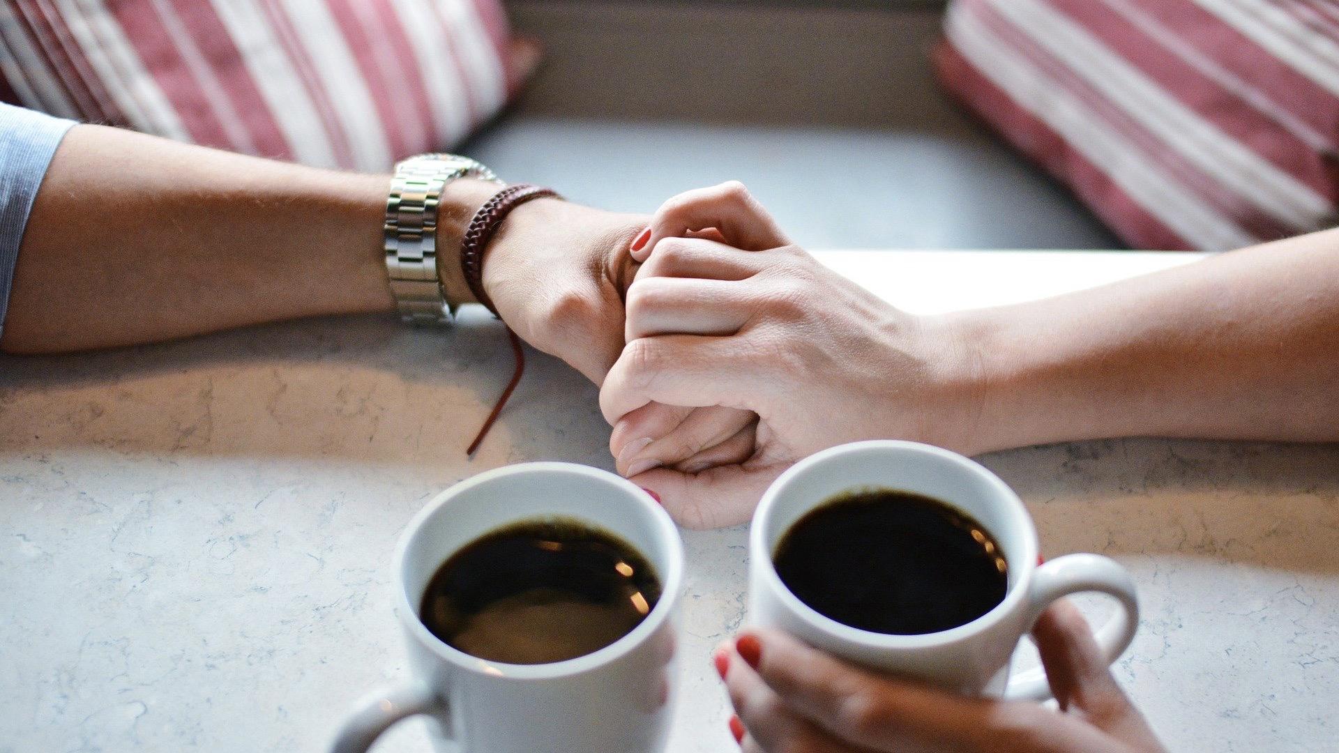 カフェにいる男性女性