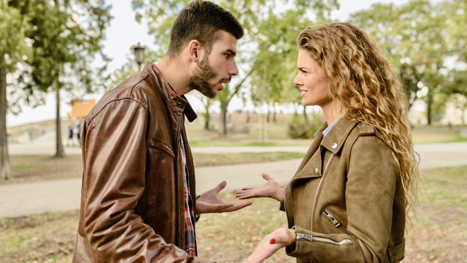 喧嘩する男性と女性