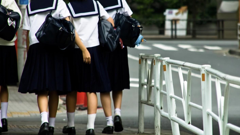 中学生が歩く姿